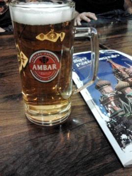 y cerveza local, con el Kremlim que está en Moscú