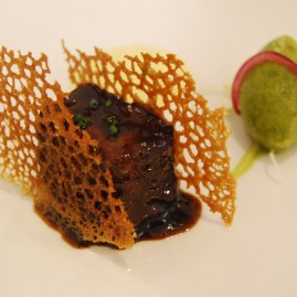Rabo de toro con teja de su propia salsa y helado de albahaca